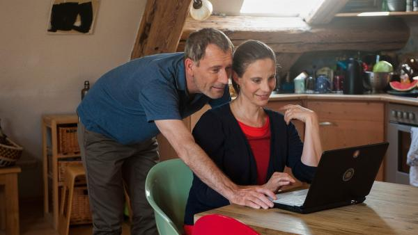 Philip (Heikko Deutschmann) und Helena (Julia Jäger) freuen sich auf eine Zeit nur zu zweit.    Rechte: SWR/Maria Wiesler