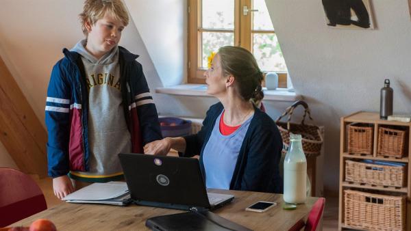 Tim (Noah Böhm) hält sich nur schwer an den Verhaltensregeln im Haus Hansen/ Brüggemann Helena (Julia Jäger).    Rechte: SWR/Maria Wiesler