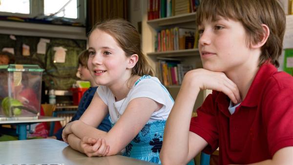 Greta (Enya Elstner) und Jonas (Fynn Henkel) im Klassenraum. Heutiges Thema der Stunde: Mein Lieblingstier. | Rechte: SWR/Maria Wiesler