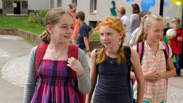 Wer ist mutiger? Greta (Enya Elster, li.) und Celine (Zora Achtnich, Mitte) wollen diese Frage kären. Mit auf dem Bild: Mitschülerin Emma (Nele Guderian, rechts). | Rechte: SWR/Maria Wiesler