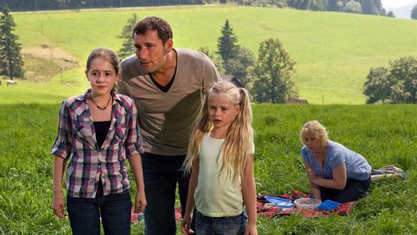 v.l.n.r.: Greta (Enya Elstner), Philipp Hansen (Heikko Deutschmann), Lilie (Lotte Hanná) und Annette Hansen (Floriane Daniel) haben ein verletztes Reh im Wald entdeckt.   Rechte: SWR/Maria Wiesler