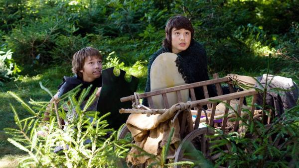 Jonas (Fynn Henkel, li.) und Freund Cem (Eyüp Ertan, re.) auf der Jagd nach den bösen Orks im Wald.   Rechte: SWR/Maria Wiesler