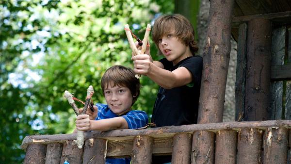 Jonas (Fynn Henkel, li.) und Luka (Maximilian Bilger, re.) gehen mit ihren Zwillen auf die Jagd.   Rechte: SWR/Maria Wiesler