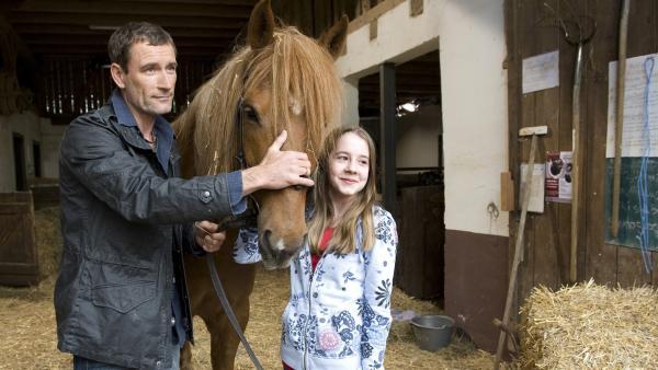 Tierarzt Dr. Philipp Hansen (Heikko Deutschmann) und Tochter Greta (Enya Elstner) haben das Pflegepferd Windrose verarztet. | Rechte: SWR/Maria Wiesler