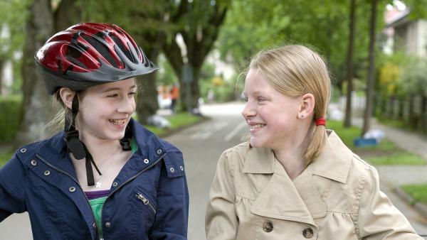 Greta (Enya Elstner, li.) hat auf der neuen Schule auch eine neue Freundin gefunden. | Rechte: SWR/Maria Wiesler