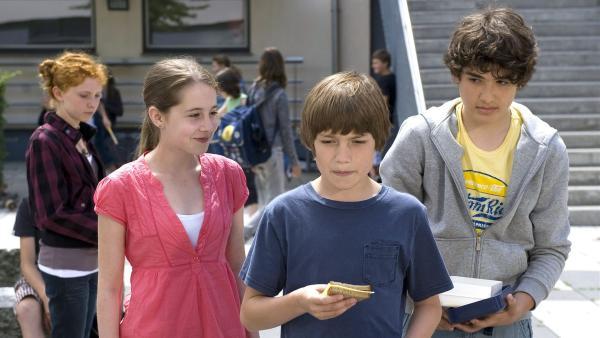 Jonas (Fynn Henkel, Mitte) ) hat Probleme, aber seine Freunde Greta (li.) und Cem (re.) kümmern sich um ihn. | Rechte: SWR/Maria Wiesler