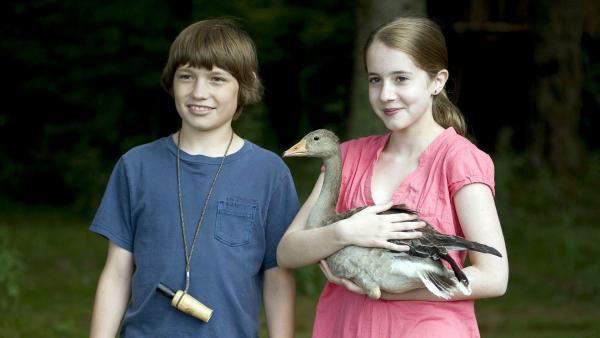 Greta (Enya Elstner, re.) und Jonas (Fynn Henkel) suchen einen Partner für die zugeflogene Wildgans. | Rechte: SWR/Maria Wiesler