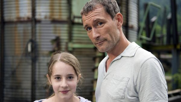 Greta (Enya Elstner) mit ihrem Vater Dr. Hansen (Heikko Deutschmann) nachdem sie den Dogfight verhindert haben. | Rechte: SWR/Maria Wiesler