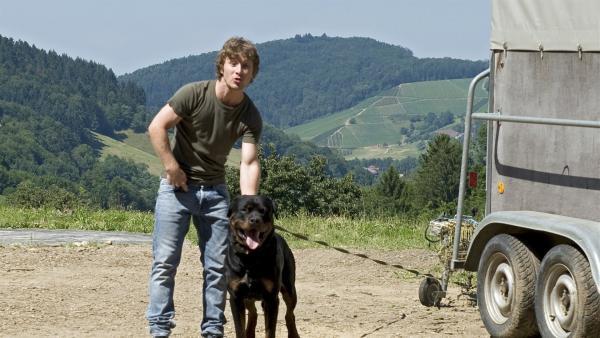 Micha Moser (Sebastian Bender) hetzt seinen Hund auf die Mädchen. | Rechte: SWR/Maria Wiesler