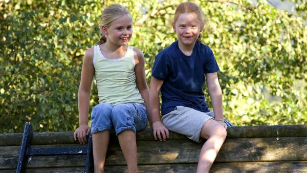 Lilie (Lotte Hanné, li.) und Lucie (Emily Herrmann, re.) auf dem Spielplatz. | Rechte: SWR/Maria Wiesler