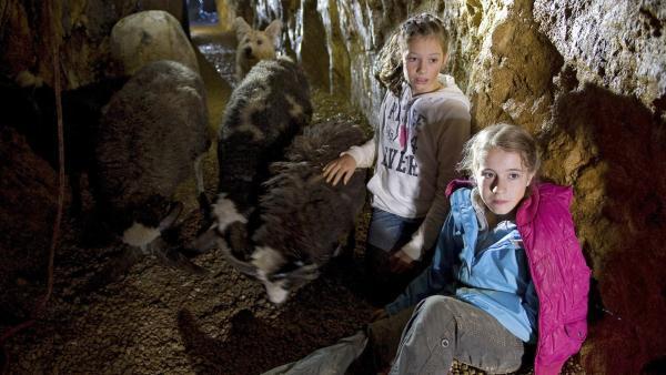 Greta (Enya Elstner, vorne) und Chiara (Anouk Bödeker, hinten) landen bei ihrer Bergtour in einem unheimlichen stillgelegten Bergwerk.   Rechte: SWR/Maria Wiesler