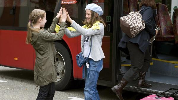 Greta (Enya Elstner, li.) begrüßt ihre alte Schulfreundin aus Hamburg Chiara (Anouk Bödeker, re.).   Rechte: SWR/Maria Wiesler