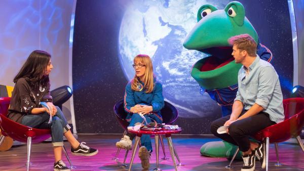 Im Gespräch erzählt Dr. Insa Thiele-Eich den Moderatoren Muschda Sherzada Rohs und Johannes Zenglein, was das Aufgabengebiet einer Meteorologin auf der Internationalen Raumstation ISS umfasst. | Rechte: SWR/Markus Palmer