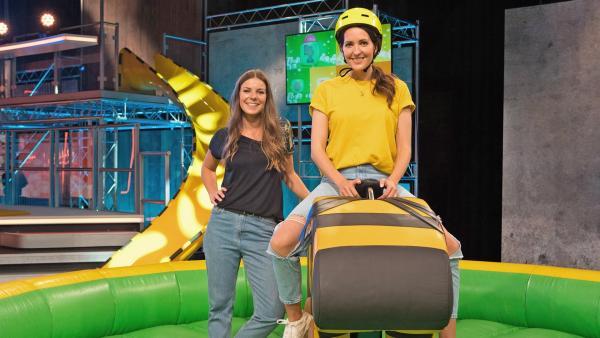 Moderatorin Amelie Stiefvatter mit KiKA-Moderatorin und Tigerenten-Teampatin Johanna Klum | Rechte: SWR/Sabine Stumpp
