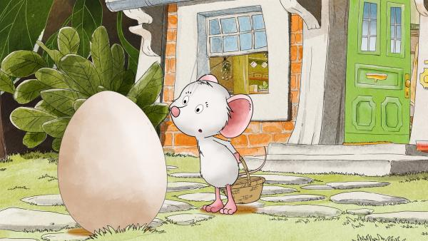 Tilda findet ein Ei in ihrem Garten.   Rechte: MDR/WunderWerk