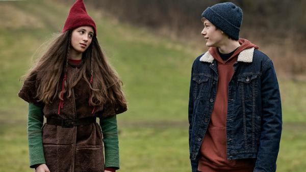 Tinka (Josephine Chavarria Højbjerg) will Lasse (Albert Rosin Harson) ein Schwein schenken, in der Hoffnung, dass er ihr hilft, den Weihnachtsstern zu finden. | Rechte: BR/TV2 Denmark/Agnete Schlichtkrull