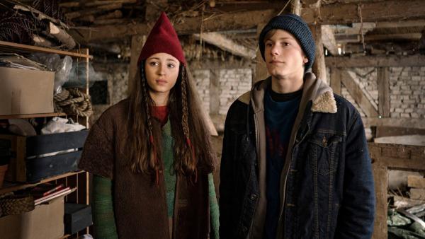 Tinka (Josephine Chavarria Højbjerg) und Lasse (Albert Rosin Harson) suchen Jos in der Zeichnung. | Rechte: BR/TV2 Denmark/Agnete Schlichtkrull
