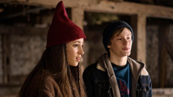 Tinka (Josephine Chavarria Højbjerg) und Lasse (Albert Rosin Harson) entdecken bei ihrer Suche nach Storm eine neue Spur. | Rechte: BR/TV2 Denmark/Agnete Schlichtkrull