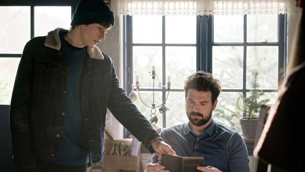 Lasse (Albert Rosin Harson) bittet Mikkel (Martin Bo Lindsten) um Hilfe das alte Tagebuch zu entschlüsseln. | Rechte: BR/TV2 Denmark/Agnete Schlichtkrull