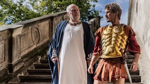 Alexander der Große (Alexander Milz) im Gespräch mit einem Statthalter | Rechte: KiKA/Sabine Finger
