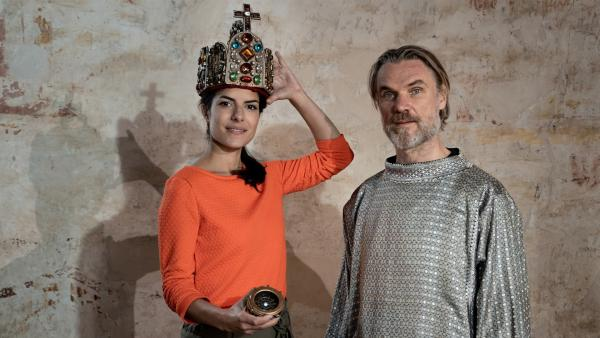 Clarissa mit Karl dem Großen (Markus Gertken) | Rechte: KiKA/Sabine Finger