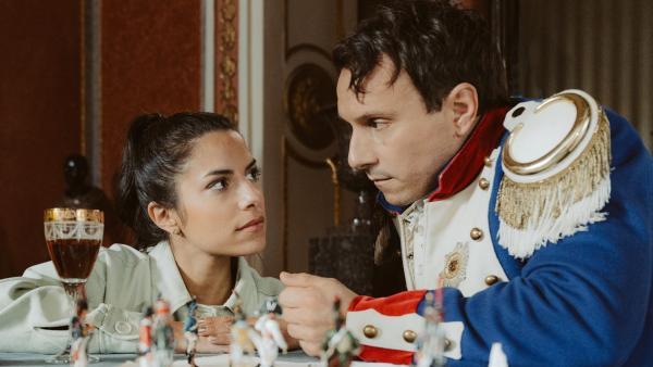 Clarissa trifft Napoleon (Stefko Hanushevsky) und kommt mit ihm ins Gespräch. | Rechte: KiKA/Sabine Finger