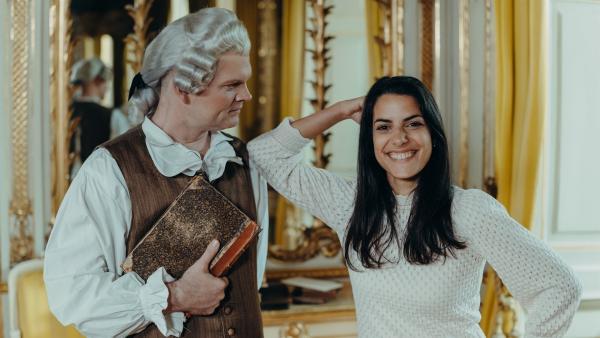 Wie tickte einer der größten Denker und Dichter Deutschlands? Clarissa lernt Johann Wolfang von Goethe (Philip Hagmann) nicht nur als Dichterfürsten kennen, sondern auch als jungen wilden Stürmer und Dränger, der derbe Schimpfworte und seinen Liebeskummer zu Literatur macht. | Rechte: KiKA/Sabine Finger