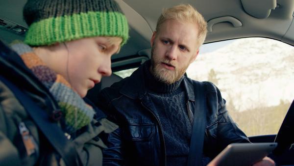Lars (Bjornar Lysfoss Hagesveen, li.) und sein Vater (Daniel Leirmo) werden Zeuge eines Hackerangriffes. | Rechte: NDR/NordicStories