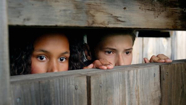 Nora (Naomi Hasselberg Thorsrud) und Simon (Oskar Lindquist) beobachten das vermisste Mädchen. | Rechte: NDR/NordicStories