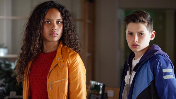 Nora (Naomi Hasselberg Thorsrud) und Simon (Oskar Lindquist) wollen herausfinden, wer für den Spuk verantwortlich ist. | Rechte: NDR/NordicStories
