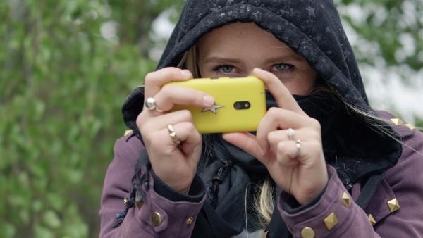 Der Überfall auf ein Mädchen wird mit dem Handy gefilmt | Rechte: NDR/NordicStories