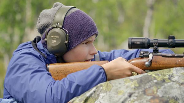 Simon (Oskar Lindquist) soll versehentlich jemanden angeschossen haben | Rechte: NDR/NordicStories