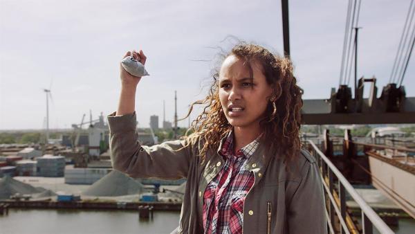 Nora (Naomi Hasselberg Thorsrud) gibt die Diamanten nicht freiwillig auf. | Rechte: NDR/NordicStories