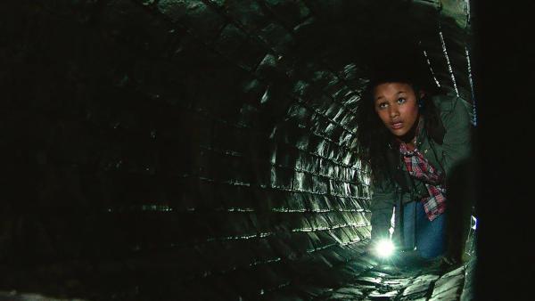 Nora (Naomi Hasselberg Thorsrud) flieht durch eine dunkle Röhre. | Rechte: NDR/NordicStories