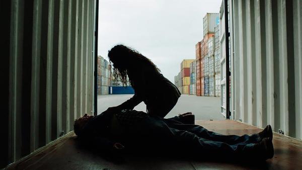 Nora (Naomi Hasselberg Thorsrud) findet Besten (Reidar Sorensen) verletzt in einem Container. | Rechte: NDR/NordicStories