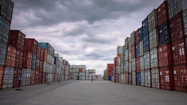 Nora ist im Containerterminal auf der Suche nach Besten. | Rechte: NDR/NordicStories