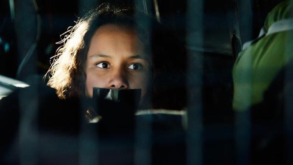 Nora (Naomi Hasselberg Thorsrud) wird von den Kidnappern im Van weggebracht. | Rechte: NDR/NordicStories