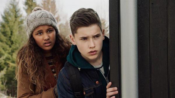 Nora (Naomi Hasselberg Thorsrud) und Simon (Oskar Lindquist) beobachten, wie Tanja mit ihrem Vater streitet. | Rechte: NDR/NordicStories