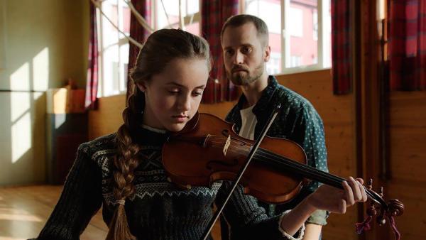 Der Musiklehrer von Skjak belästigt eine Schülerin. | Rechte: NDR/NordicStories