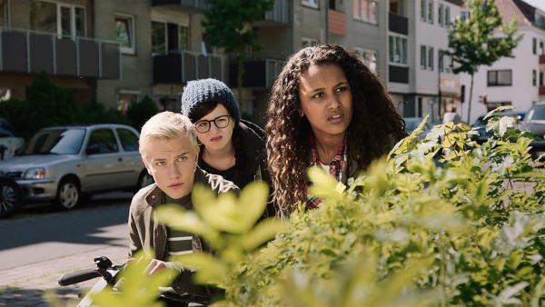 TRIO (vl.n.r.: Bjornar Lysfoss Hagesveen, Franziska Tørnquist, Naomi Hasselberg Thorsrud) beobachtet die Taschendiebin, die ihnen den Rucksack gestohlen hat. | Rechte: NDR/NordicStories