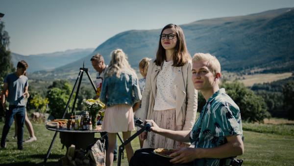 Emma (Franziska Tørnquist) wird mit einer Party verabschiedet. | Rechte: NDR/NordicStories