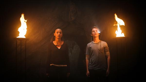Nora (li., Naomi Hasselberg Thorsrud) und Simon (re., Oskar Lindquist) haben den Olav Schrein entdeckt. | Rechte: NDR/NordicStories