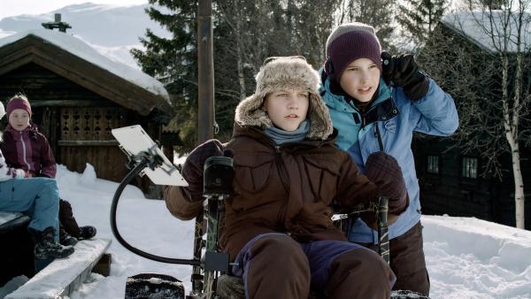 Lars (Björnar Lysfoss Hagesveen, li.) und Simon (Oskar Lindquist, re.) erzählen im Camp eine spannende Gruselgeschichte. | Rechte: NDR/NordicStories