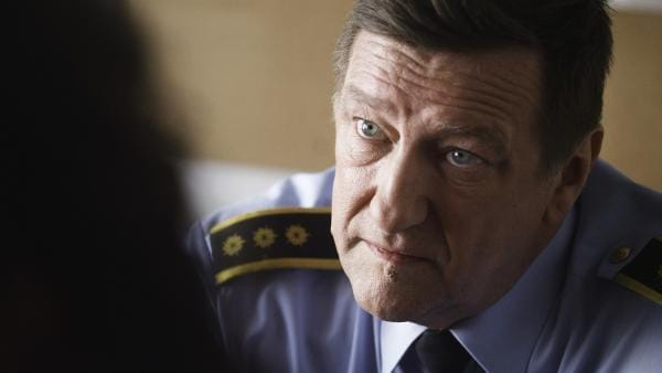 Noras Großvater Besten (Reidar Sörensen) erfährt, dass Noras Klassenkamerad Hendrik  spurlos verschwunden ist. | Rechte: NDR/NordicStories