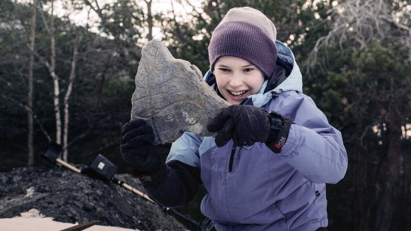 Simon (Oskar Lindquist) findet die erste von vier Steinplatten und damit den Anfang der Schatzkarte zu Odins Gold. | Rechte: NDR/NordicStories