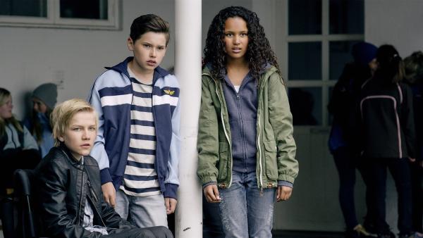 Lars (Bjørnar Lysfoss Hagesveen), Simon (Oskar Lindquist) und Nora (Naomi Hasselberg Thorsrud) beobachten das Geschehen auf dem Schulhof. | Rechte: NDR/NordicStories