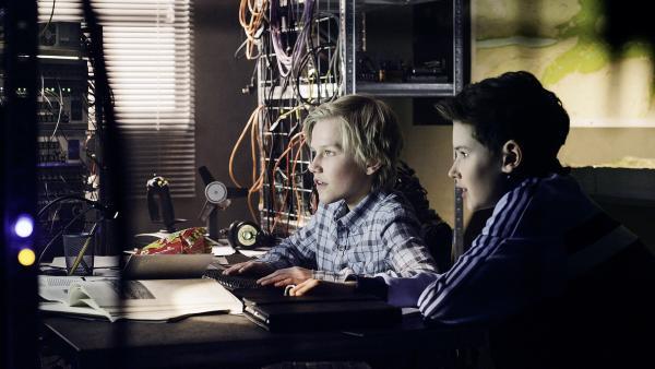 Lars (Bjørnar Lysfoss Hagesveen) und Simon (Oskar Lindquist) recherchieren am Computer im Trio-Hauptquartier. | Rechte: NDR/NordicStories
