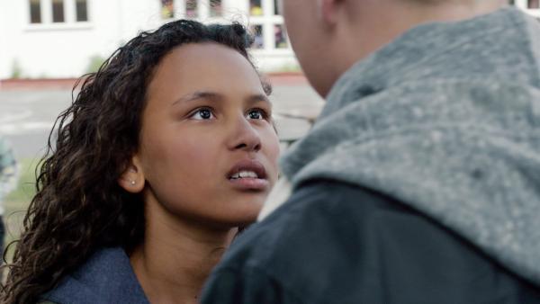 Nora (Naomi Hasselberg Thorsrud) warnt Jon (Marius Flatemo Hauge) davor, ihren Bruder zu schikanieren. | Rechte: NDR/NordicStories
