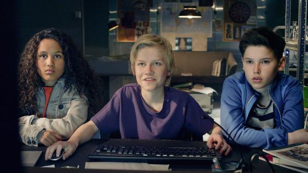 Nora (Naomi Hasselberg Thorsrud), Lars (Bjørnar Lysfoss Hagesveen) und Simon (Oskar Lindquist) sind sich sicher, dass sie ihre Gegenspieler abgehängt haben. | Rechte: NDR/NordicStories