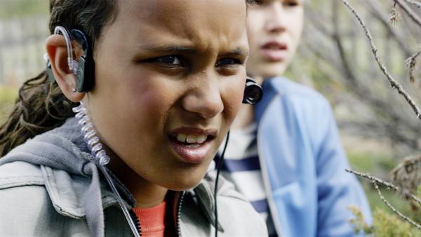 Nora (Naomi Hasselberg Thorsrud) will ins Sportcamp einbrechen, um die Steinplatten zurück zu holen. | Rechte: NDR/NordicStories